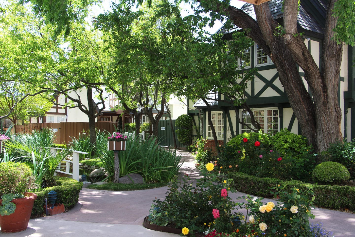 Garden pathways at Wine Valley Inn & Cottages